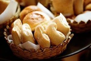 Brötchen im gepflochtenen Brotkorb