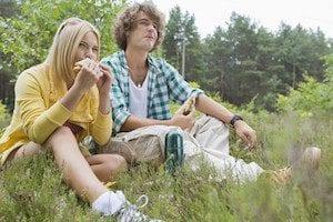 Junges Paar beim Picnic
