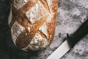 Ein Brotmesser zeichnet sich durch die besondere Messerklinge aus