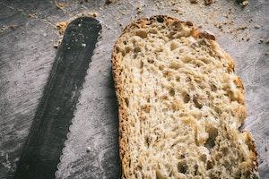 Brot schmeckt am besten wenn es frisch geschnitten wurde