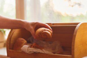 Warmes Brot im Zirbenholz Brotkasten